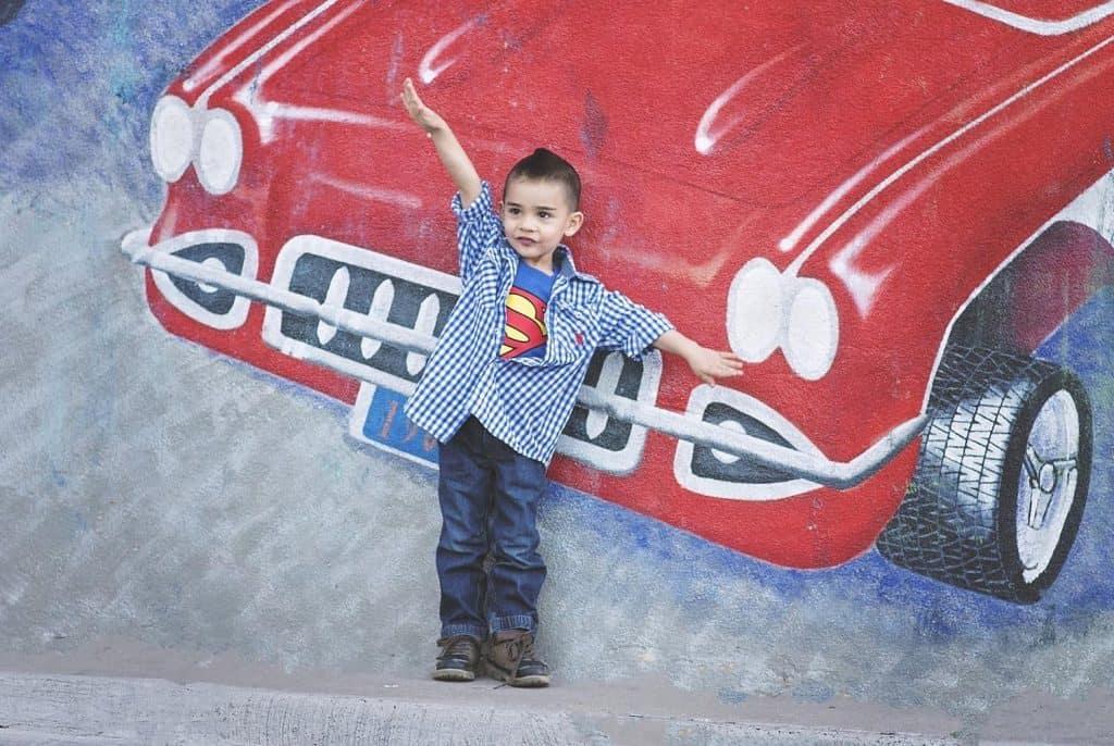 Un bimbo si traveste da supereroe con il potere del respiro